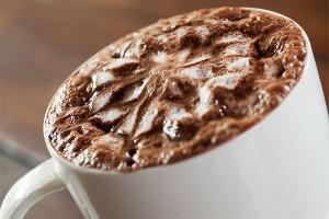 filiżanka pusznego kakao z pianką