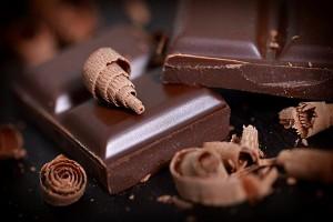 kostki gorzkiej błyszczącej czekolady
