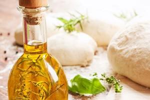 oliwa z rozmarynem szklanej butelce na blacie kuchennym