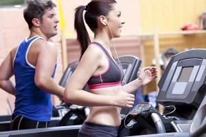 para wysportowanych młodych ludzi ćwiczy na bieżni