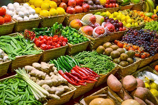 półki w sklepie z warzywami