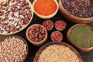 w drewnianych naczyniach nasiona i orzechy